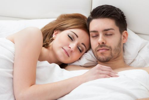 couple-sleeping-bed